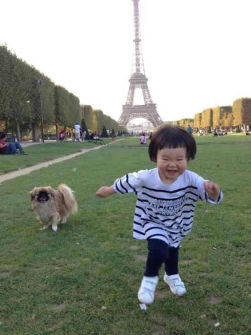 un petit chien et une petite fille